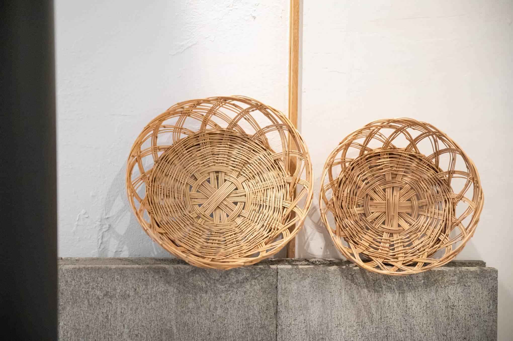 枝里さんが編んだえびらのカゴ。野菜の収穫や干し野菜づくりに使用される。竹かごを編めるようになるのは枝里さんの夢のひとつで、地域のおじいさんに編み方を教えてもらったそうだ。「地域の人には、挨拶に行った先で手打ち蕎麦をご馳走してもらったり『今度うちのブルーベリーを詰みにおいで』と声をかけてもらったりなども日常茶飯事で、とても可愛がってもらいました」